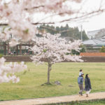 桜の季節に散歩する家族